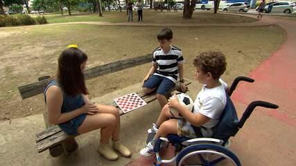 'Oba! Tô de Férias': Gabriel Araújo e dois amigos brincam na Praça Ana Lúcia Magalhães