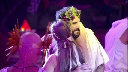 Patrícia e Wagner dançam agarradinhos
