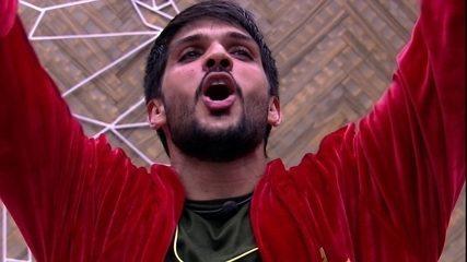 Lucas abre o Bangalô do Líder e se empolga com presente dos fãs do BBB18