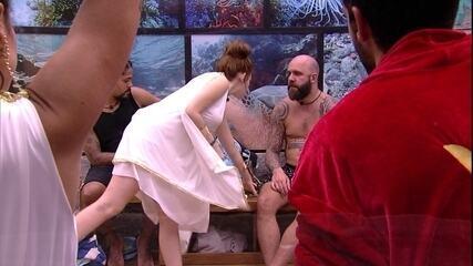 Ana Clara interrompe conversa de brother e põe objeto entre Viegas e Caruso