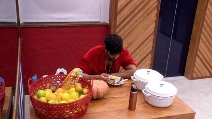 Lucas come frango com batata-doce no café da manhã sozinho