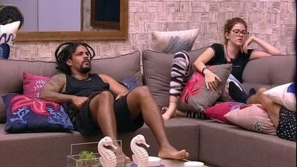 Ana Clara pergunta se pode sentar no sofá e Caruso questiona: 'Por que não?'