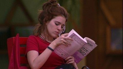 Ana Clara lê livro durante Castigo do Monstro