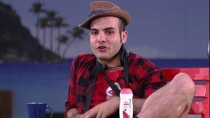 Mahmoud responde perguntas sobre sexo no jardim do BBB