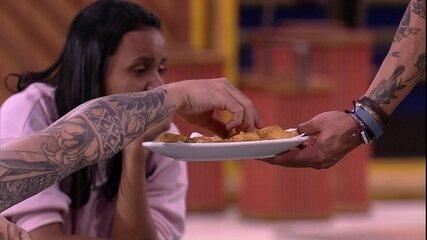Wagner leva frango empanado para brothers na madrugada