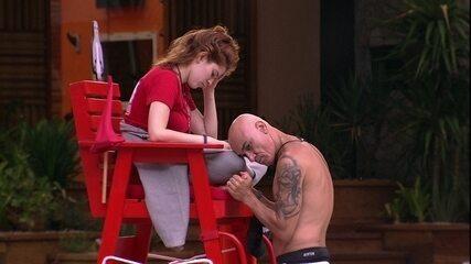 Ayrton faz massagem em Ana Clara durante Castigo do Monstro