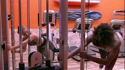 Jéssica instrui exercícios de Nayara na academia