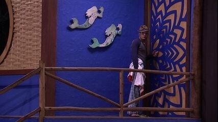 Mahmoud bate no Bangalô do Líder e Lucas abre a porta