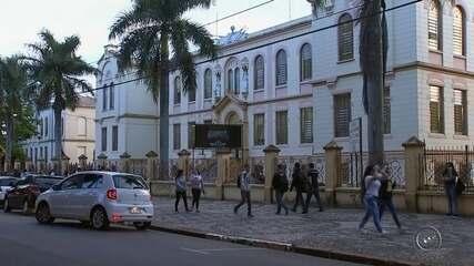 Alunos de escola tombada como patrimônio reclamam de problemas estruturais