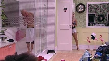 Ayrton dança no banho
