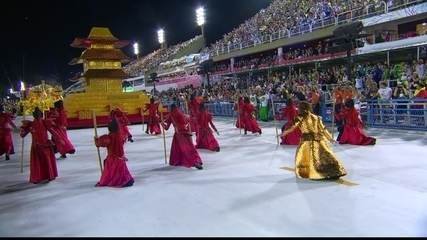 Comissão de frente do Império Serrano traz guerreiros guardiões do templo dourado