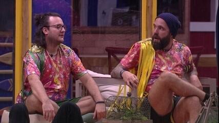 Diego e Caruso ironizam banho de chuva de Mahmoud