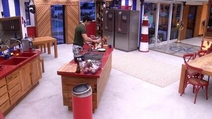 Lucas pega comida do Tá com Nada na despensa e faz ovos na cozinha