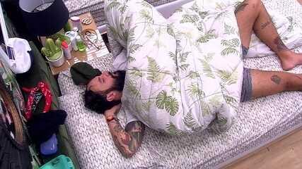 Wagner dorme ao lado de gorro