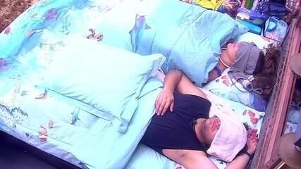 Breno, Patrícia e Diego dormem no Quarto Submarino