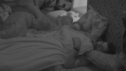 Mahmoud e Kaysar dividem cama no Quarto Tropical