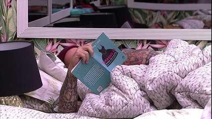 Caruso lê livro no Quarto Tropical