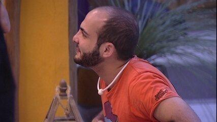 Mahmoud promete que vai se depilar na pinça, caso vença o BBB18