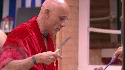 Ayrton come feijão do Tá com Nada: 'Só uma roubadinha'