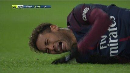 Neymar torce o tornozelo e cai no gramado chorando