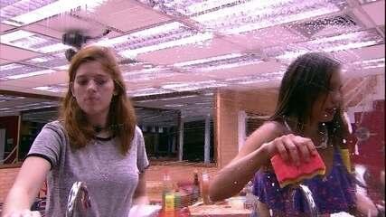 Paula e Ana Clara limpam os espelhos da cozinha