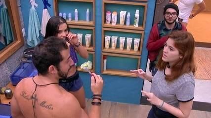 Paula e Ana Clara contam para Kaysar e Mahmoud o que estão preparando para Gleici