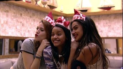 Gleici, Ana Clara e Paula posam com chapéu de guardanapo