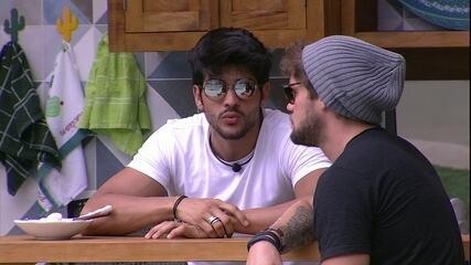 Lucas fala sobre Diego para Breno: 'Ele poderia ter me dado o Anjo'