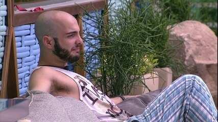 Mahmoud diz que Breno poderia mergulhar sem sunga e Paula brinca: 'Tira!'