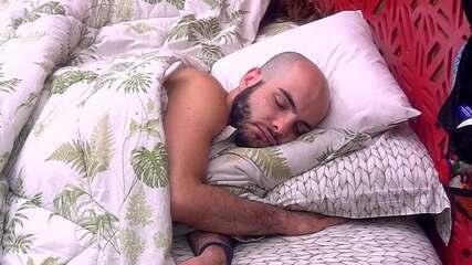 Mahmoud e Ana Clara dormem na cama de casal