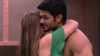 Patrícia abraça Lucas e diz: 'Você faz o meu tipo'