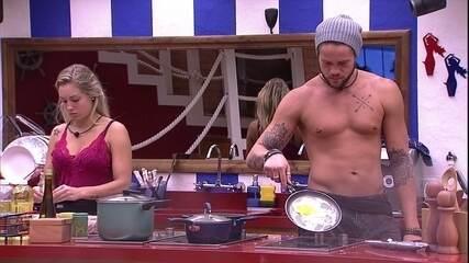 Breno brinca na cozinha: 'Minha vida é só encher barriga'