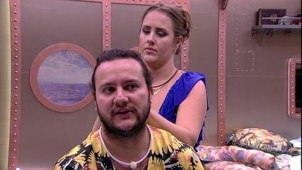 Patrícia prende cabelo de Diego para festa