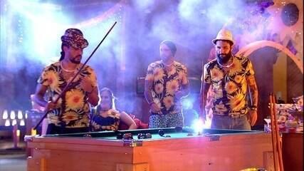 Wagner e Viegas jogam sinuca e são observados por Diego, Caruso e Patrícia