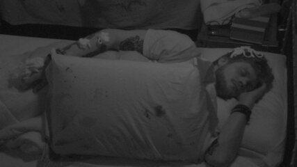 Breno continua dormindo apesar de brincadeira de Kaysar e Caruso