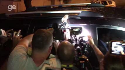 Imprensa cerca o carro de Neymar na entrada do hospital