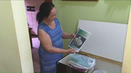 Dona Deize já escreveu 75 livros a mão
