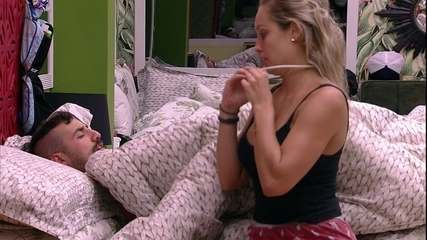 Jéssica deita na cama ao lado de Kaysar