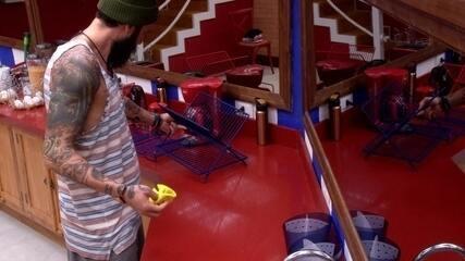Wagner limpa a cozinha e organiza utensílios