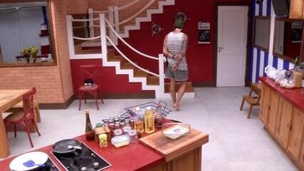Wagner encara a parede da cozinha e fica pensativo