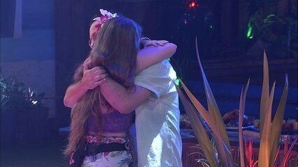 Diego e Patrícia se abraçam na Festa Havaí