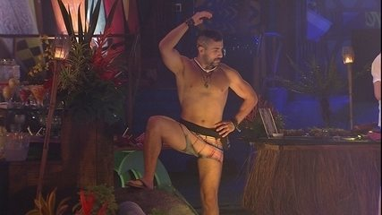 Kaysar sensualiza de cueca na Festa Havaí