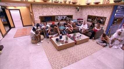 Brothers se reúnem na sala para ver o Presente do Anjo