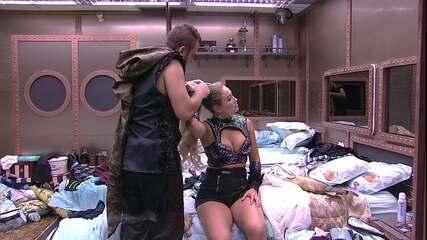 Diego ajuda Jéssica com penteado