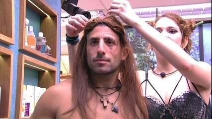 Ana Clara coloca peruca em Kaysar