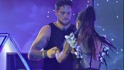 Paula dança com Breno e o beija