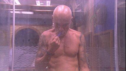Ayrton escova os dentes embaixo do chuveiro