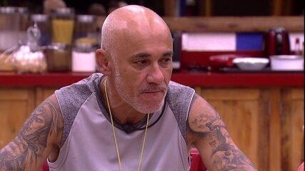 Ayrton avisa sobre barba: 'Vou deixar até o final do programa'