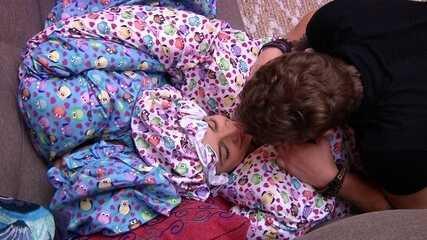Breno beija busto de Paula, que diz: 'Coisa mais linda'