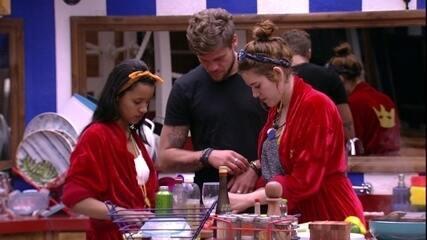 Ana Clara ensina Breno a cortar tomate